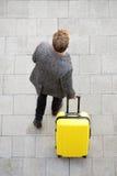 Homme de déplacement marchant avec la valise Images libres de droits