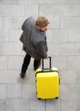 Homme de déplacement marchant avec la valise jaune Images libres de droits