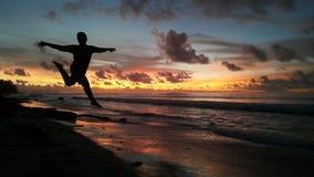 Homme de danse de coucher du soleil Images stock