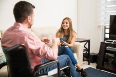Homme de datation de femme dans un fauteuil roulant Image stock