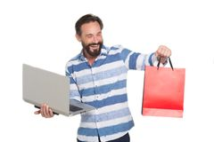 Homme de Delighter regardant le sac de papier tout en tenant le dispositif moderne images stock