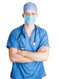 Homme de docteur se tenant avec des mains croisées images stock