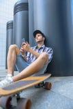Homme de Dreamful détendant après patinage Photographie stock