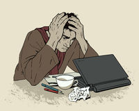 Homme de désespoir se reposant à un ordinateur Mal de tête Photographie stock