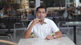 Homme de Dubaï dans des lunettes de soleil banque de vidéos