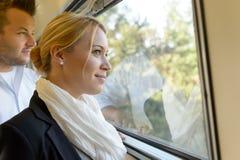 Homme de femme regardant à l'extérieur l'hublot de train Photo libre de droits