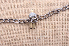 Homme de figurine avec une chaîne sur ses jambes Photographie stock libre de droits