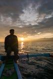Homme de Fisher, bateau en bois traditionnel et vue d'océan pendant les sunris Image stock