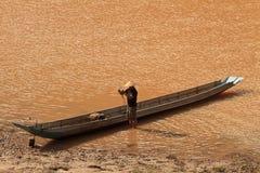 Homme de Fisher sur la rivière de Nam Ou Photographie stock libre de droits