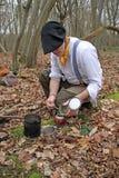 Homme de forêt préparant le compagnon de yerba Photo libre de droits