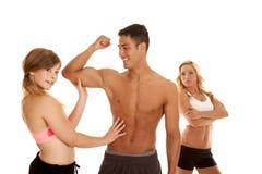 Homme de forme physique avec deux bras fous des femmes une pliés photographie stock