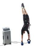 Homme de forme physique de SME faisant un appui renversé vertical à l'envers Photo stock