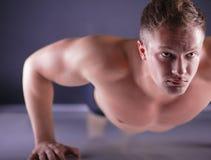 Homme de forme physique faisant des pousées sur le plancher Photos stock