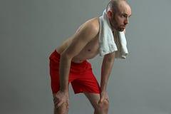 Homme de forme physique fatigué et faisant une pause photographie stock libre de droits
