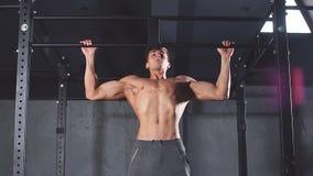 Homme de forme physique pompant des muscles de lats, exerçant la large-poignée cabreuse avec le poids banque de vidéos
