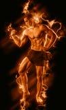 Homme de forme physique sur le noir avec le feu images stock