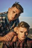 Homme de frères jumeaux extérieur, relations Association, avenir, appui et confiance Image stock