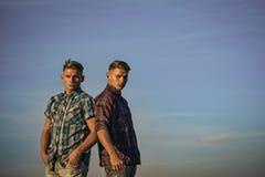 Homme de frères jumeaux, relations Images libres de droits