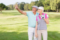 Homme de golfeur se dirigeant tout en se tenant prêt la femme Images stock