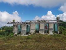 Homme de guerrier étant le tir de cible dans le bâtiment abandonné avec stupéfier le fond de ciel nuageux photo stock