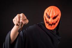 Homme de Halloween avec le masque de potiron tenant la baguette magique magique photographie stock libre de droits