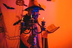 Homme de Halloween avec le potiron dans l'obscurit? Hippie heureux avec la barbe ensanglant?e avec des potirons Halloween, c?l?br images stock