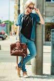 Homme de hippie marchant par la ville, style urbain Photos stock