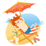 Homme de hippie prenant un bain de soleil dans la chaise de plage avec le cocktail St plat Photo stock