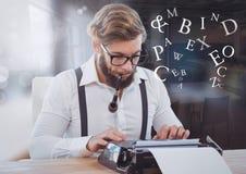 Homme de hippie sur la machine à écrire avec des lettres dans l'espace de travail Image libre de droits