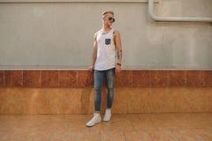 Homme de hippie tatoué par jeunes avec la marche de lunettes de soleil Photos stock
