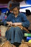 Homme de Hmong à un marché aux puces hebdomadaire Image libre de droits