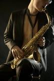 Homme de jazz plaing un saxophone sur le noir Images libres de droits
