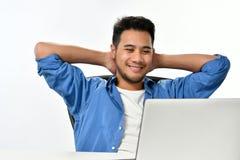 Homme de jeune entreprise s'asseyant dans la posture décontractée faisant ensuite effectuer le travail facilement photo libre de droits