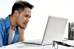 Homme de jeune entreprise s'asseyant dans la posture décontractée faisant ensuite effectuer le travail facilement Photo stock