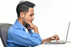 Homme de jeune entreprise s'asseyant dans la posture décontractée faisant ensuite effectuer le travail facilement photographie stock