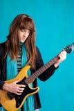 Homme de joueur de guitare électrique d'années '70 de hard rock Images libres de droits