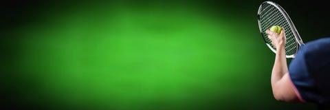 Homme de joueur de tennis avec le fond vert avec la raquette photographie stock libre de droits