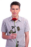 Homme de jour de Valentines retenant le coeur rouge Photos libres de droits