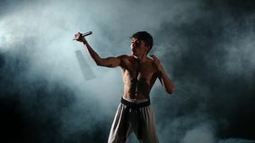 Homme de karaté avec un exercice nu de torse avec clips vidéos
