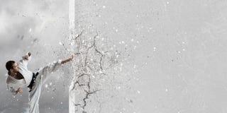 Homme de karaté dans le kimino blanc Photographie stock libre de droits