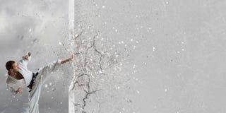 Homme de karaté dans le kimino blanc Photos libres de droits
