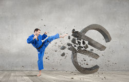 Homme de karaté dans le kimino bleu Image stock