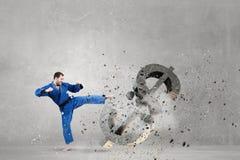 Homme de karaté dans le kimino bleu Images stock