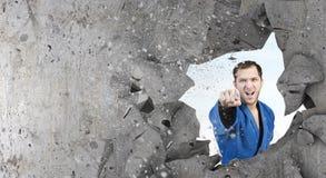 Homme de karaté dans le kimino bleu Photographie stock libre de droits
