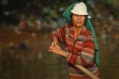 Homme de Khmer avec l'aviron Photographie stock libre de droits