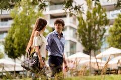 Homme de l'adolescence et femme marchant en parc Images libres de droits