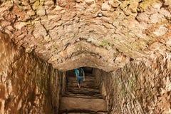 Homme de l'aventure une de caverne Photographie stock libre de droits