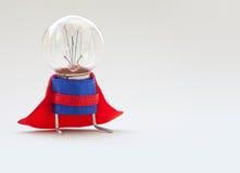 Homme de lampe d'ampoule dans le costume de super héros Lampe de style de vintage, caractère stylisé de superhéros Direction et p Image stock