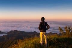 Homme de liberté sur la montagne avec la brume débordante et le beau s Photos libres de droits