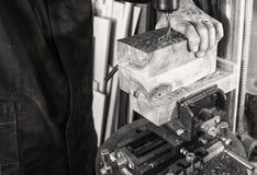Homme de lieu de travail de charpentier à l'aide d'une foreuse à colonne sur le bois Image libre de droits